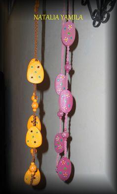Collar artesanal de macramé nudo plano y espiral, de hilo encerado y cuentas al tono de madera decoradas a mano,  con cierre ajustable . ... Handmade collar with wood beads , necklace