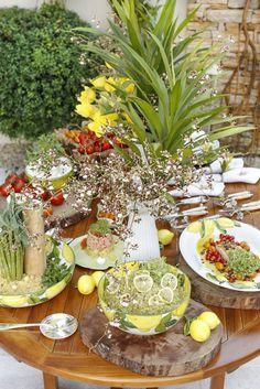 Servimos as comidas do nosso almoço em uma mesa montada no jardim!