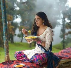 When devoured a plate of maggie on the sets of a movie. Guess the movie! Bollywood Images, Bollywood News, Bollywood Actress, Hot Actresses, Beautiful Actresses, Ileana D'cruz Hot, Guess The Movie, Cleavage Hot, Most Beautiful