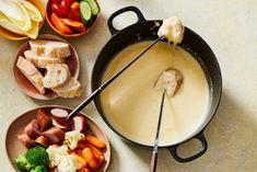 De geheimen van deze Hollandse kaasfondue? Niet alleen de Zaanlander kaas, maar ook de rookworst! Fondue, Cheese, Ethnic Recipes, November, Seeds, October, November Born