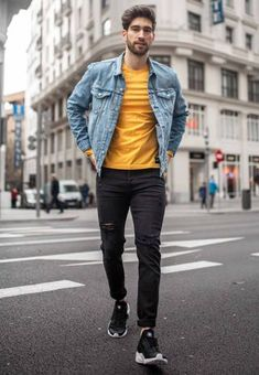 There's no question that wearing a polo shirt makes you look chic and casual. Yellow Sweater Outfit, Yellow Polo Shirt, Black Shirt Outfit Men, Stylish Mens Outfits, Casual Outfits, Men Casual, Men Looks, Mustard Shirt, Polo Shirt Outfits