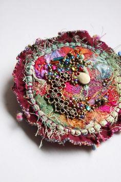 Broche textile ronde en soie et fibres de la collection des Bijoux brodés Talisman