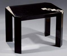 Jean DUNAND (1877 - 1942) Elégante table d'appoint en laque noire craquelée, à décor géométrique de carrés, triangles et fuseau en coquille d'oeuf. Piètement d'angle de forme triangulaire à pans coupés. Cachet «DUNAND LAQUEUR» sous le plateau. 42,5 x 59 x 44 cm