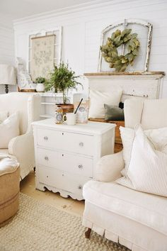 Liz Marie shares five easy steps to get the perfect fall decor. Ways anyone can achieve a magazine look in their home. Farmhouse Design, Farmhouse Style, Farmhouse Decor, Farmhouse Sofas, English Farmhouse, Industrial Farmhouse, Country Farmhouse, White Cottage, French Cottage
