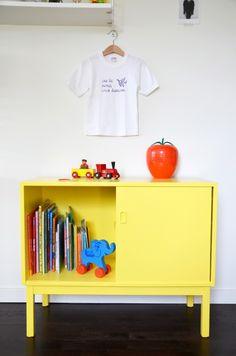 Teakbyrå, Möbelprojekt, Byrå, Skåp, DIY, Pyssel, Ommålning, Gul, Måla, Inredning, Leksaker, Retro, Loppistan