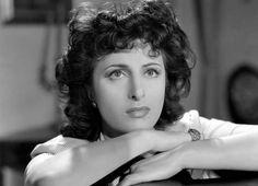 Anna Magnani in Avanti a lui tremava tutta Roma di Carmine Gallone, 1946. Foto di Osvaldo Civirani