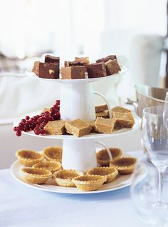 Recette de Ricardo de tartelettes au sirop d'érable.  Ces petites tartes au sirop d'érable feront le bonheur de tous, servies au dessert lors de grandes occasions.