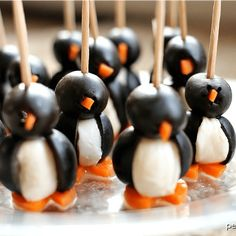 These Olive Penguins are made with black olives, mozzarella balls, and carrots. They are an adorable and fun appetizer, perfect for game day or small gatherings. These delicious poppers are almost too cute to eat! Christmas Appetizers, Christmas Desserts, Appetizers For Party, Holiday Treats, Appetizer Recipes, Holiday Recipes, Christmas Veggie Tray, Summer Recipes, Diy Christmas
