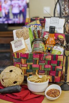 A Winning Combo Basket is filled with #glutenfree goodies! It would make a perfect gift for any Superbowl Sunday party host! There are items to please meat eaters and vegetarians alike! Check out this basket :)
