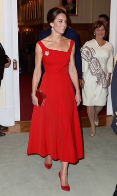 Kate Middleton Style: The Duchess of Cambridge wearing red dresses, gowns, coats and skirts - Photo 2 Duchess Kate, Duke And Duchess, Duchess Of Cambridge, Style Kate Middleton, Kate Middleton Dress, Royal Fashion, Look Fashion, Vogue Fashion, Fashion Photo