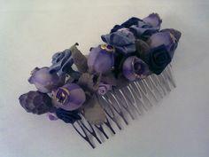 Peineta con flores lila de tela y piezas de cristal...modelo SALAMANCA