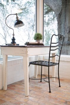The HGTV series Fixer Upper pairs renovation, design and real estate pros Chip and Joanna Gaines with home buyers to renovate homes that are in great locations, but have bad design or are in poor condition. Magnolia Mom, Magnolia Fixer Upper, Magnolia Farms, Casas Magnolia, Farmhouse Style, Farmhouse Decor, Gaines Fixer Upper, Hgtv, Living Spaces