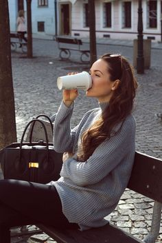 Grey sweater, black skinny jeans and coffee Teen Winter Outfits, Summer Outfits Women, Basic Outfits, Casual Outfits, Casual Clothes, City Break Outfit, Skirt Fashion, Fashion Outfits, Women's Fashion