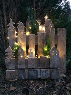 Mit dieser tollen Upcycling Idee lässt sich der Hauseingang ganz effektvoll in Szene setzen! ¡Con esta gran idea de reciclaje, la entrada a la casa se puede organizar de manera efectiva! Magical Christmas, Outdoor Christmas, Christmas Crafts, Christmas Decorations, Holiday Decor, Pallet Christmas, Christmas Lights, Christmas Yard, Christmas Ornaments