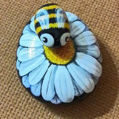 bees and flowers pebble painting Pebble Painting, Pebble Art, Stone Painting, Stone Crafts, Rock Crafts, Bee Rocks, Ladybug Rocks, Rock Kunst, Rock And Pebbles
