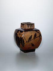 写真:Square jar with iron glaze and design of bird on a Daimyo oak branch.