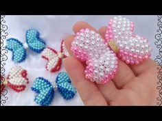 🎀LAÇO BOUTIQUE 🎀 feito de pérolas - YouTube Beaded Jewelry Patterns, Beading Patterns, Bead Crafts, Jewelry Crafts, Diy Hair Bows, Beaded Animals, Beads And Wire, Beading Tutorials, How To Make Beads