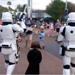 Un enfant déguisé en Kylo Ren se fait escorter par de vrais Stormtroopers