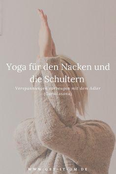 Yoga für den Nacken und die Schultern: Verspannungen vorbeugen mit dem Adler (Garudasana). In dieser Anleitung lernst du als Yoga Anfänger, wie du mit einfachen Asanas in deiner Yogaroutine etwas gutes für deine Schulter und deinen Nacken tun kannst. Yoga Photography | Yoga für Anfänger | Yoga Übung | Yoga Outdoor | Yoga Natur | Yoga Inspiration | Yoga Lifestyle
