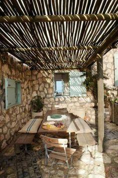 Toit transparent terrasse sol murs pierre