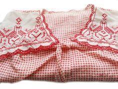 RBD1002 - Nachthemd rot-weiß mit Stickeinsatz. Größe 36. Original 70-ziger Jahre.  Da es sich nicht um neue Ware (Antiquitäten) handelt, gibt es das Produkt in der Regel nur als Einzelstück. Beachten Sie ggf. andere Hinweise auch mehrteilige Sets in der Beschreibung.