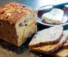 Ett härligt recept på gott danskt surdegsbröd. Du använder bland annat rågkross, rågsurdeg, solrosfrön, linfrön, torkade aprikoser, pumpakärnor och russin. Matigt och fantastiskt gott!