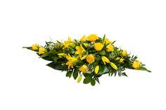 Malli No 10 - Kuvan arkkulaitteessa on keltaista ruusua, keltaista värililjaa, valkoista harsokukkaa ja koristevihreää. Hautavihkossa lisäksi koristenauha. Arkkulaitteen hinta on 160 € toimitettuna siunaustilaisuuteen.