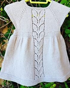 Leaf Love Dress by Taiga Hilliard Designs-Free-Knitting and Crochet Communication-Knitting Patterns-PinDIY - Knitting For Kids, Baby Knitting Patterns, Baby Patterns, Free Knitting, Knit Baby Dress, Knitted Baby Clothes, Baby Kind, Baby Sweaters, Toddler Dress