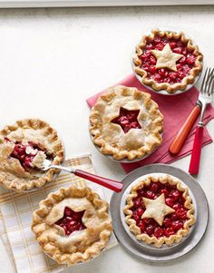 Easy Mini Cherry Pies for a picnic. Whip up these scene-sealing mini desserts using refrigerated pie crust and canned cherries. Mini Cherry Pies, Mini Pies, Mini Pie Recipes, Best Dessert Recipes, Easy Recipes, Köstliche Desserts, Delicious Desserts, Delicious Cupcakes, Wedding Desserts