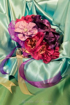 Flores de tela, para hacer un bouquet para novias originales y únicas. en suaves Violetas,entre distintos morados y cristales, enmarcadas entre contrastadas cintas. Por siempre jamás algodondeluna@gmail.com o 606619349