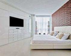Schlafzimmer-Ideen-Weiss-Holzwand-Natursteinfliesen-Hochglanz