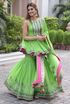 Kriti Sanon promotes Arjun Patiala in Delhi in a bright green sharara set Sharara Designs, Kurti Designs Party Wear, Eid Outfits, Bridal Outfits, Dress Indian Style, Indian Dresses, Indian Wedding Outfits, Indian Outfits, Stylish Dresses