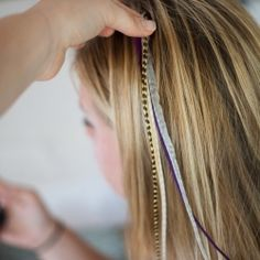 Feather Extensions- tutorial (I'm going to do this in your hair Sophia Stevens) My Hairstyle, Pretty Hairstyles, Girl Hairstyles, Famous Hairstyles, Hairstyle Photos, Diy Hair Feathers, Feather Hair, Indian Feathers, Feather Extensions