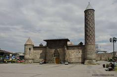 Эрзерум . за место старой башни пришпандолен минарет