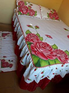 Pinturas em colchas Hand Painted Dress, Painted Clothes, Painted Silk, Wardrobe Design Bedroom, Bedroom Decor, Fold Bed Sheets, Fabric Colour Painting, Bed Sheet Painting Design, Diy Home Decor For Apartments Renting