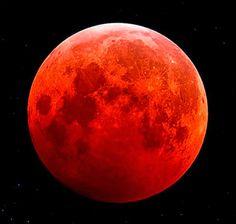 Une rare éclipse de super Lune - Dimanche 27 septembre 2015 à partir de 21 h 07 - La pleine lune a dansé avec les étoiles avant de s'éclipser tout doucement - L'astre lunaire s'est engouffré dans l'ombre de la Terre pendant 72 minutes. - Source : Journal Le Devoir /