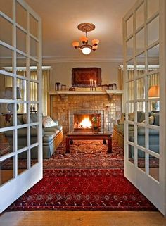This looks like the Antbear Inn's common room, but that one had bay windows and perhaps a bigger fireplace. The Antbear Inn is a luxurious little bed and breakfast close to the Drakensberg