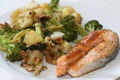 Salmón a la plancha con guarnición de bróculi.