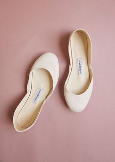 The perfect bridal ballet flats in a porceline toned leather. Handmade with sustainably sourced leather fabrics with traditional shoe making methods by thewhiteribbon, Berlin. Ballerinas Outfit, Ballet Flats Outfit, Pretty Ballerinas, Ballerina Shoes, Bride Shoes, Wedding Shoes, Perfect Posture, Handmade Leather Shoes, Unique Shoes