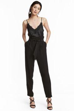 Pantalón tobillero de tela con cinturón de anudar