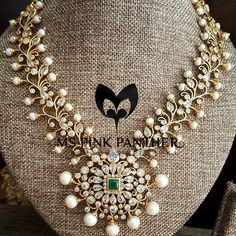 Forever love with emerald and pearls. The design is like the traditional mehndi design. This piece will match beautifully with the embroidery of same design. India Jewelry, Temple Jewellery, Gold Jewellery, Antique Necklace, Antique Jewelry, Gold Necklace, Jewelry Closet, Jewelry Patterns, Custom Jewelry