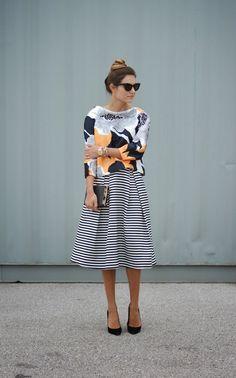 Look para o trabalho com saia midi e blusa estampada.