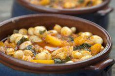 Μια αυθεντική οικογενειακή συνταγή απ' τη Σμύρνη για φασόλια χάντρες λαδερές νόστιμες κι' απλές.
