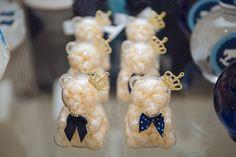 Como a futura mãe adorava ursos, a decoradora Mayara Oliveira, da Scrap Encanto, decidiu colocar embalagens de acrílico no formato do animal, com balinhas dentro, para enfeitar a mesa principal