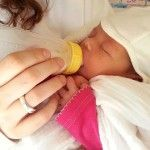 Bottle feeding a baby can be both easy and cozy. Learn how by our bottle feeding tips. Ideas even for babies that refuse the bottle and for breastfed babies Pace Feeding, Diaper Rash, Newborn Essentials, Breastfeeding Tips, Working Moms, Baby Bottles, Baby Care, Baby Food Recipes, New Baby Products