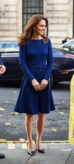 Duchess of Cambridge blue Emilia Wickstead Kate Dress at the launch of the National Emergencies Trust in London Kate Middleton Outfits, Looks Kate Middleton, Kate Middleton Fashion, Princesa Anne, Duchesse Kate, Princesa Kate Middleton, Kate And Pippa, Herzogin Von Cambridge, Kate Dress