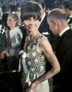 Toutes les plus belles robes des Oscars depuis 1952. http://www.elle.fr/People/Style/Trajectoire-mode/Les-plus-belles-robes-des-Oscars