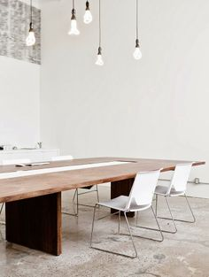 Ampoules Plumen home office boardroom table lighting bulbs white walls concrete like flooring Bureau Open Space, Interior Architecture, Interior And Exterior, Low Energy Light Bulbs, Concrete Design, Office Interiors, Interiores Design, Interior Styling, Interior Inspiration