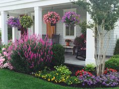 hof ideen Your front yard deserve your creative touch too. And to help you with that task, here I complete the web with a new front yard gardening ideas that you can take or share free. Front House Landscaping, Farmhouse Landscaping, Outdoor Landscaping, Outdoor Gardens, Landscaping Ideas, Southern Landscaping, House Landscape, Landscape Design, Garden Yard Ideas