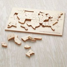 Feeling patriotic? Feel like putting a puzzle together? This wooden puzzle solves both of those issues. Pieces are heat stamped with state abbreviations and fit neatly into corresponding outlines on the tray. Usa Puzzle, World Map Puzzle, Geography Games, Wooden Puzzles, Kids Puzzles, Wooden Map, Rund Ums Kind, Baby Store, Kids Toys